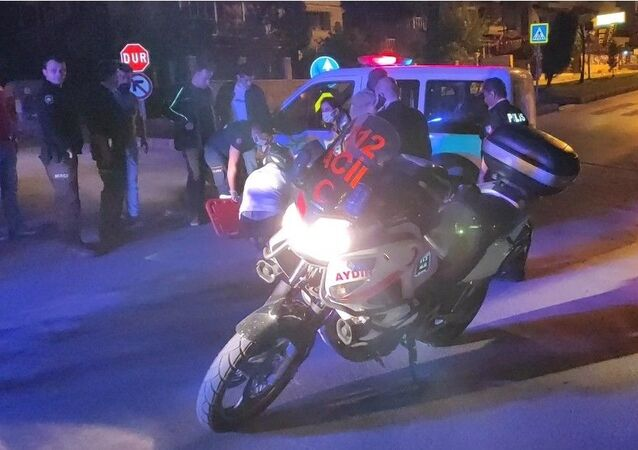 Aydın'ın Kuşadası ilçesinde polis otosuyla motorlu kurye kontrolsüz kavşakta çarpıştı. Kazada motosikletten düşerek yaralanan kurye ambulansla hastaneye kaldırıldı.