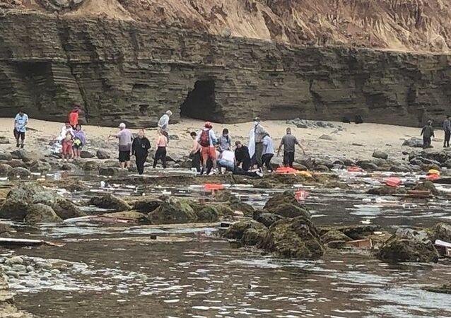 ABD'nin Kaliforniya eyaleti açıklarında alabora olan gemide 2 kişinin hayatını kaybettiği aktarıldı.