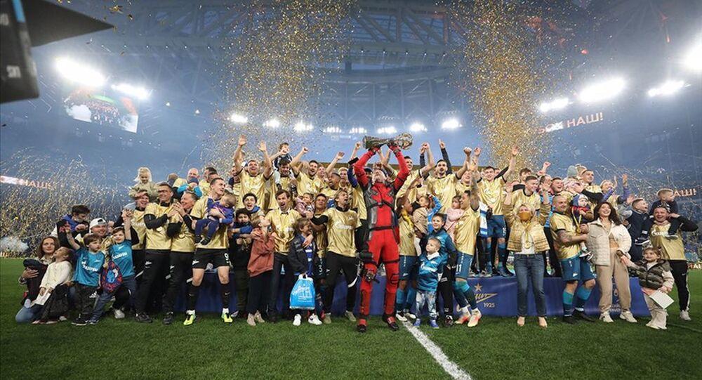Rusya'da şampiyon Zenit: Artem Dzyuba kupa seremonisine 'Deadpool' kostümüyle çıktı