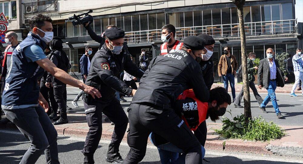 İstanbul - 1 Mayıs Emek ve Dayanışma Günü - Taksim Meydanı'na çıkmak isteyen grup - polis müdahale