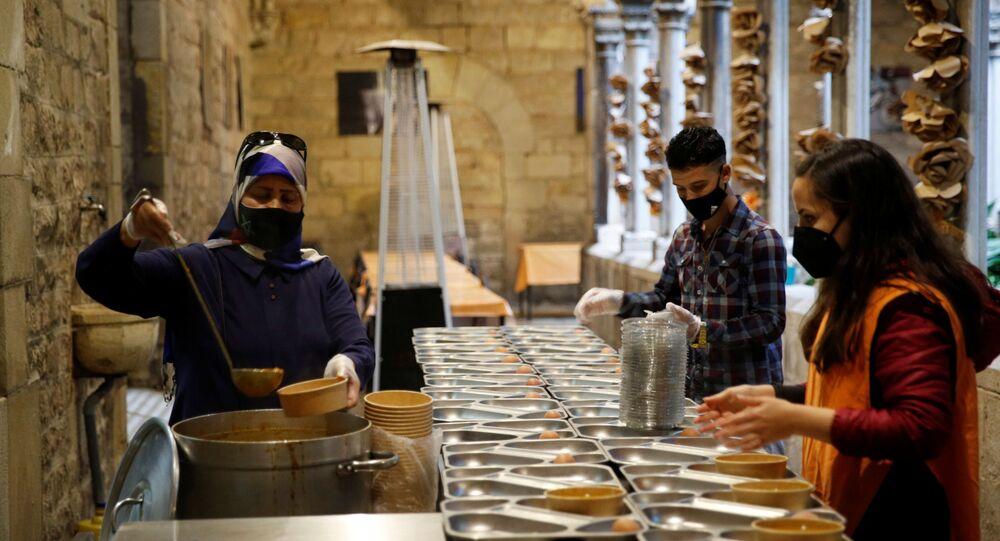 Kapalı alan yasağı olan İspanya'da bir kilise avlusunda iftar yemeği vermeye başladı