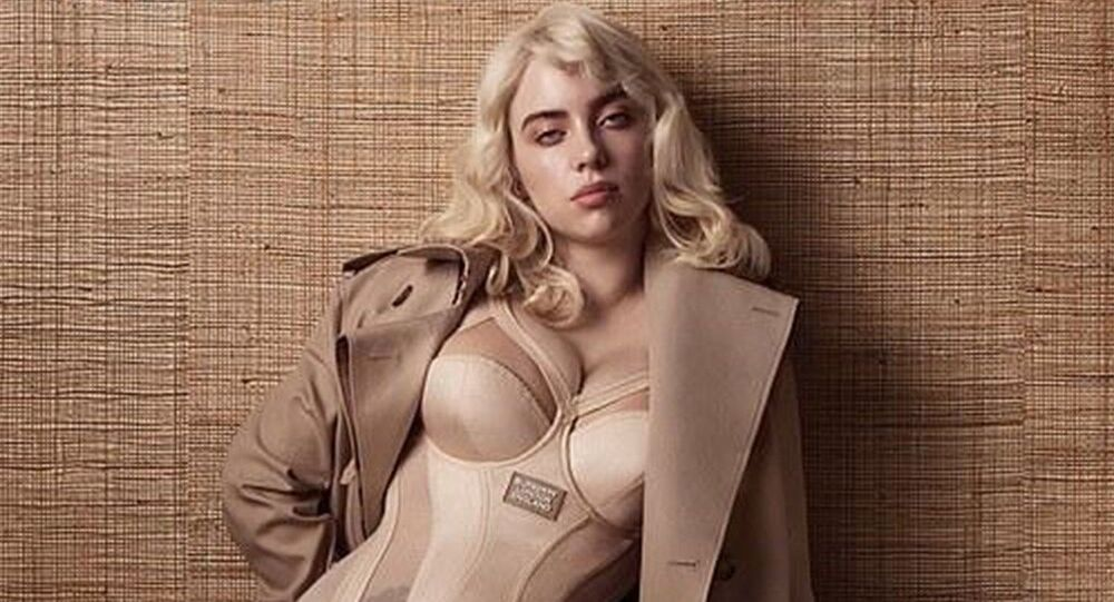 Billie Eilish, Vogue'a verdiği dar korseler içindeki sarışın bomba pozlarını Instagram hesabında paylaştı.