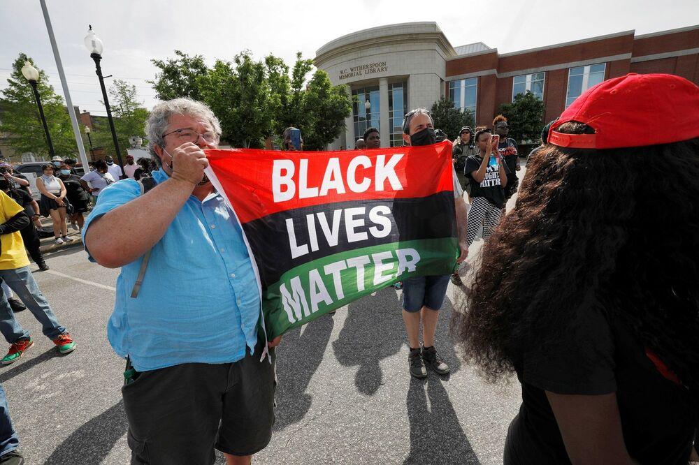Aynı gün olay yerinde toplanan öfkeli kalabalık ile polis arasında gergin anlar yaşanmış, Brown'ın destekçileri polisten vücut kamerası görüntülerinin yayınlanmasını ve iddialara açıklık getirilmesini talep etmişti.