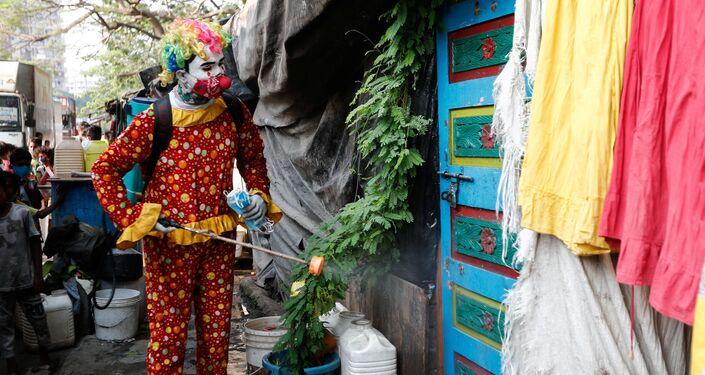 Ashok Kurmi adlı bir vatandaş, palyaço kılığına girerek Mumbai'de çocuklara maske dağıtıyor, sokakları dezenfekte etmeye çalışıyor.