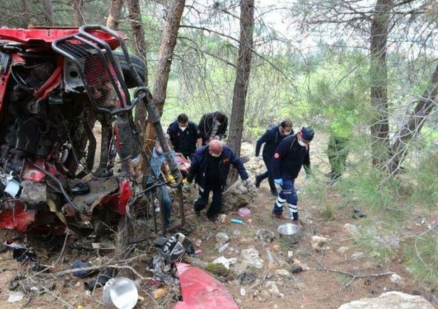 Tokat'ta kız arkadaşı ile tartıştıktan sonra minibüsü uçurumdan aşağı süren genç ağır yaralandı.