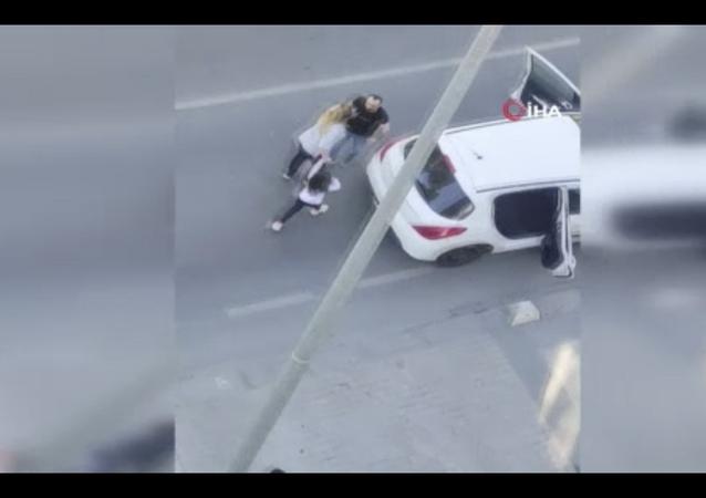 Küçükçekmece'de araç içerisinde kavga eden karı kocaya, yoldan geçen vatandaşlar müdahale ederek ayırmak istedi.