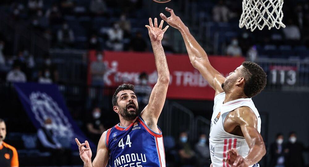 Anadolu Efes, THY Avrupa Ligi play-off çeyrek finalinde İspanya ekibi Real Madrid'i 88-83 yenerek seride durumu 3-2 yaptı ve Dörtlü Final'e yükseldi.
