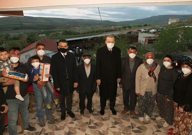 Türkiye Cumhurbaşkanı Recep Tayyip Erdoğan, Ankara'nın Ayaş ilçesinde hayvancılıkla uğraşan Bekir Dikmen ve ailesine iftarda misafir oldu. Aile üyeleriyle sohbet eden Erdoğan, çocuklara oyuncak hediye verdi.