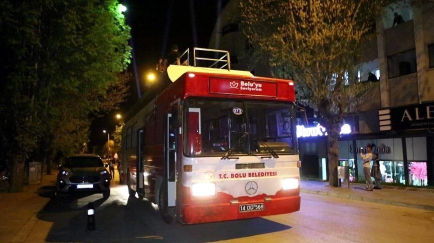 Bolu Belediyesi tarafından tam kapanma sürecinde evde kalan vatandaşlara moral vermek amacıyla düzenlenen mobil konser etkinliği kapsamında müzik yayını yaparak kenti dolaşan otobüs, valilik kararıyla polis tarafından durduruldu.