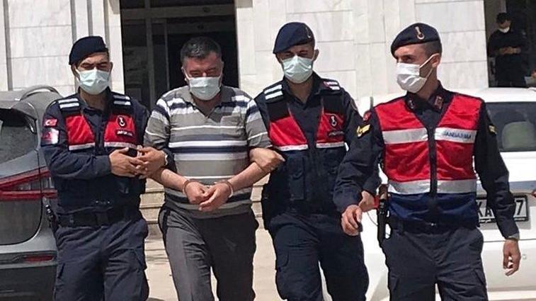 Muğla'nın Milas ilçesinde, hakkında zorla senet imzalatmak suçundan 20 yıl hapis cezası ile arama kararı bulunan şüpheli, jandarma ekiplerince deniz kıyısındaki bir yazlıkta tatil yaparken yakalandı.