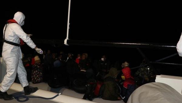 Balıkesir açıklarında Türk karasularına itilen 39 düzensiz göçmen kurtarıldı - Sputnik Türkiye