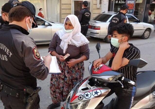 Polis, kadın hakkında tutanak tutarak ceza uygulayıp, elektrikli bisikletiyle gelen torununu eve geri gönderdi.