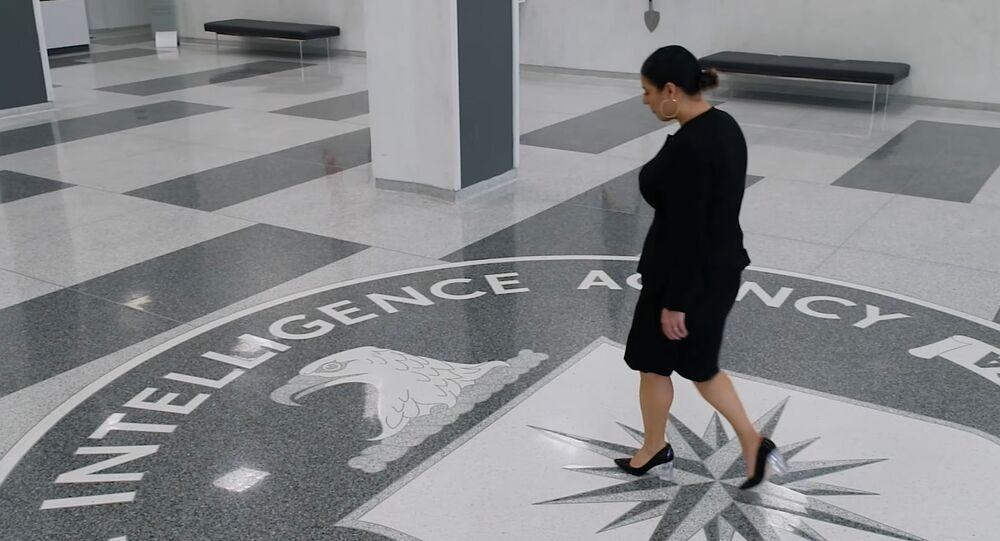 CIA'in LGBT ve Siyah Yaşamlar Önemlidir hareketlerinin sloganlarını kullandığı 'woke' videosundaki Hispanik kadın ajan