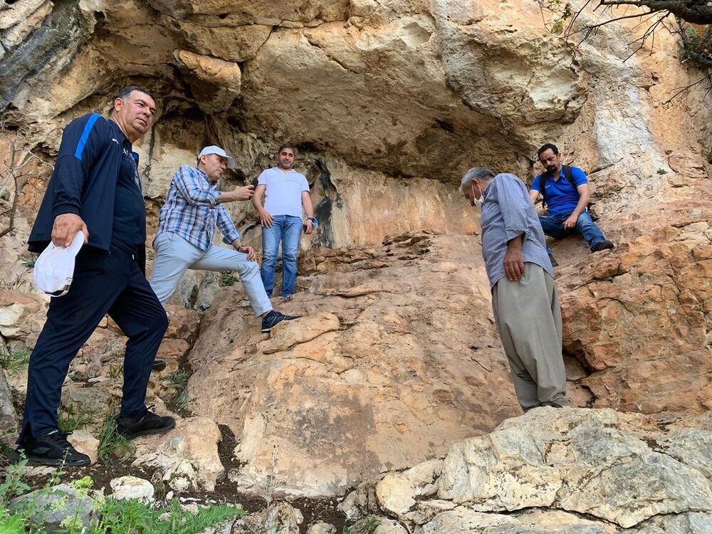 Mersin Yenişehir Belediye Başkanı Özyiğit ve Mersin Üniversitesi Fen Edebiyat Fakültesi Arkeoloji Bölümü Başkanı Prof. Dr. Murat Durukan, İnsu Mahallesi'nde neolitik veya kalkolitik dönemde yapıldığı düşünülen mağara resimlerini yerinde inceledi. Başkan Özyiğit, çizimlerin koruma altına alınması gerektiğini ve bölgenin cazibe merkezi olabileceğini ifade etti.
