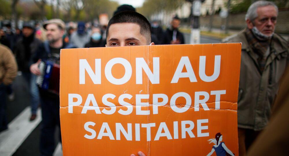 Fransa'da hükümetin koronavirüs pandemisindeki ekonomik ve toplumsal politikalarına yönelik bir protestoda Vatanseverler partisi destekçilerinin açtığı 'Sağlık pasaportuna hayır' pankartı