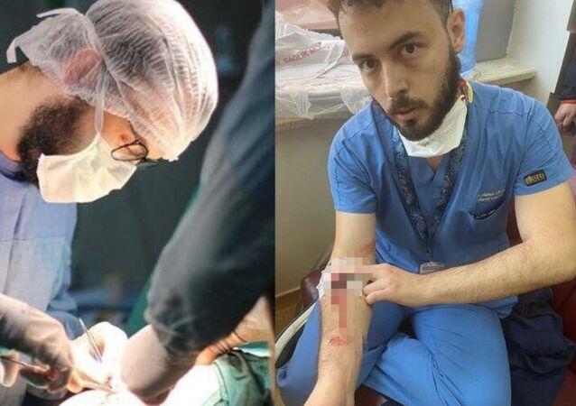 Kanuni Sultan Süleyman Eğitim ve Araştırma Hastanesi'nde Dr. Adem Özcan, 3 gündür 38 derece ateşle ve kolunda damar yoluyla çalışırken, bir hasta yakınının kolundaki damar yolunu da sökerek kendisini darp ettiğini anlattı.