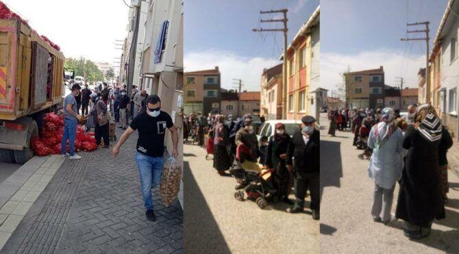 Eskişehir Tepebaşı'da vatandaşlara patates ve soğan dağıtımı yapıldı. Ancak tam kapanma günlerinde yapılan dağıtım için vatandaşlar sokağa çıkıp kuyruğa girmek zorunda kaldı.