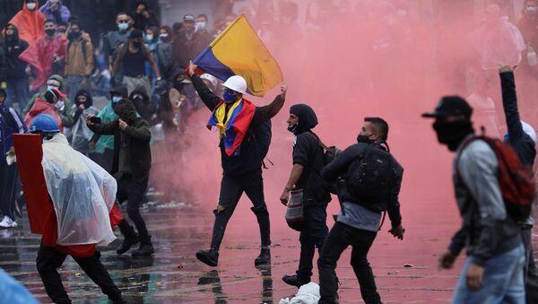 Kolombiya'da 7 günden bu yana devam eden vergi reformu karşıtı kitlesel gösterilerde hayatını kaybedenlerin sayısı, 5 artarak 24'e yükseldi, yaralı sayısı ise 900'ü geçti. - Sputnik Türkiye