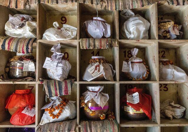 Hindistan'da koronavirüs nedeniyle hayatını kaybeden ve yakılanların külleri