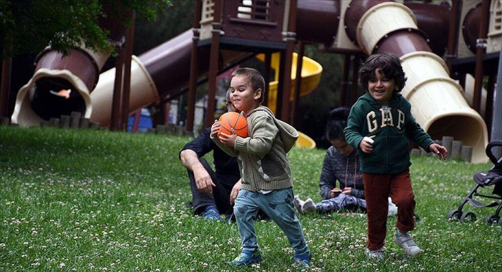 Çocuk - oynamak - hanehalkı - aile - park