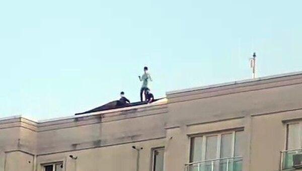 Apartman çatısında dans eden gençler - Sputnik Türkiye