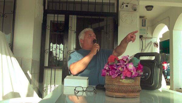 Sokağa çıkma yasağına uymayanları uyarmak için balkonuna polis sirenli ses sistemi kurdu - Sputnik Türkiye