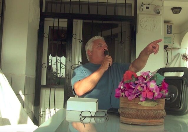 Sokağa çıkma yasağına uymayanları uyarmak için balkonuna polis sirenli ses sistemi kurdu