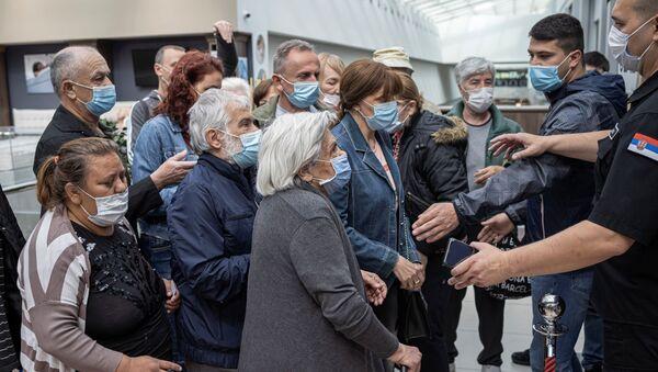 Sırbistan'da aşı olana indirim kuponu verilmesi izdiham yarattı - Sputnik Türkiye