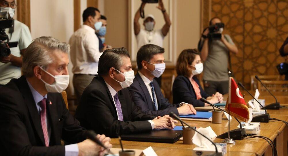 Dışişleri Bakan Yardımcısı Sedat Önal (sol 2) ve beraberindeki heyet, resmi temaslarda bulunmak üzere Mısır'ın başkenti Kahire'ye geldi.