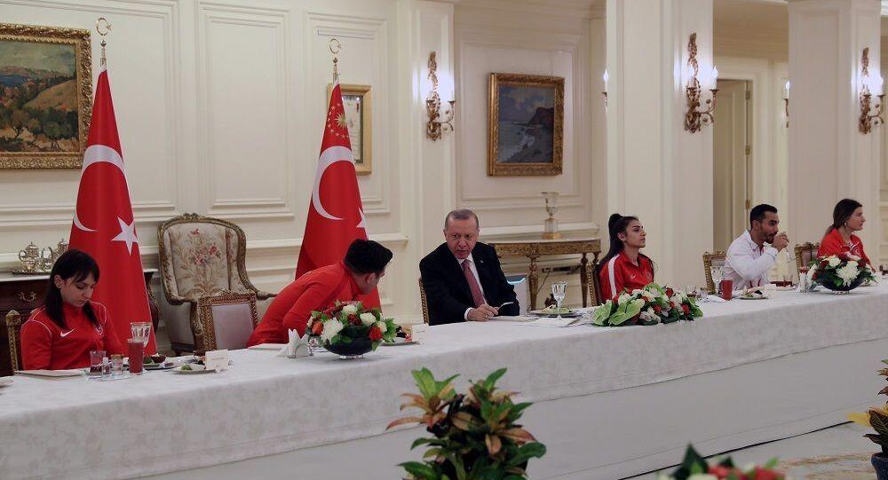 Cumhurbaşkanı Erdoğan, milli sporcularla iftar yaptı