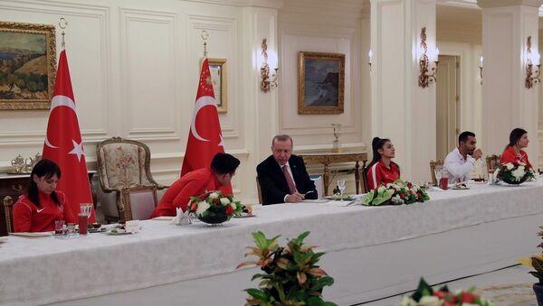 Cumhurbaşkanı Erdoğan, milli sporcularla iftar yaptı  - Sputnik Türkiye