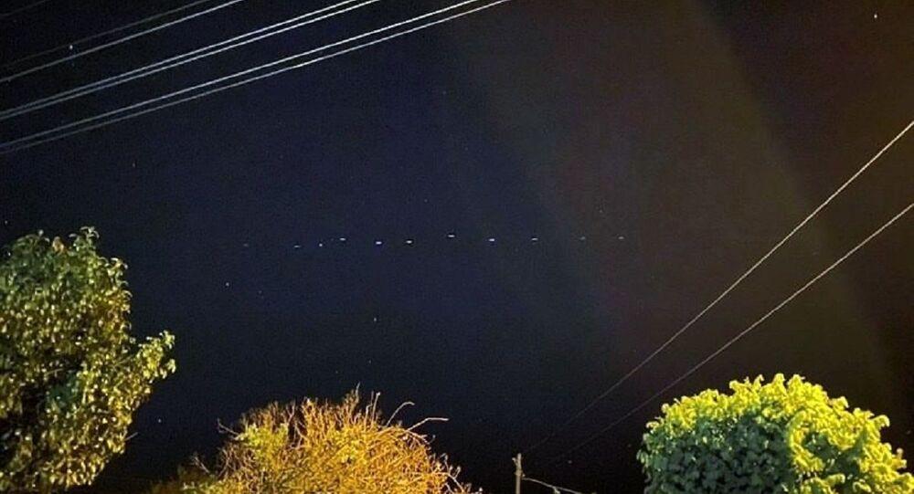 Türkiye'nin çeşitli noktalarından, akşam saatlerinde gökyüzünde sıralı bir şekilde 100'ün üzerinde ışık görüntülendi.