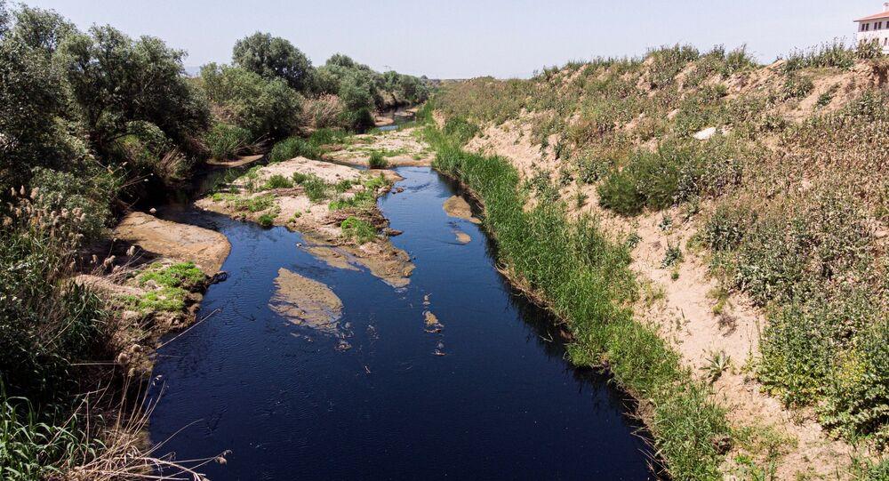 Ege Bölgesi'nin en önemli tarımsal su kaynaklarından olanGedizNehri'ne dökülen Alaşehir Çayı'nın siyah renkte akarak, kötü kokular saçması tedirginliğe neden oluyor.