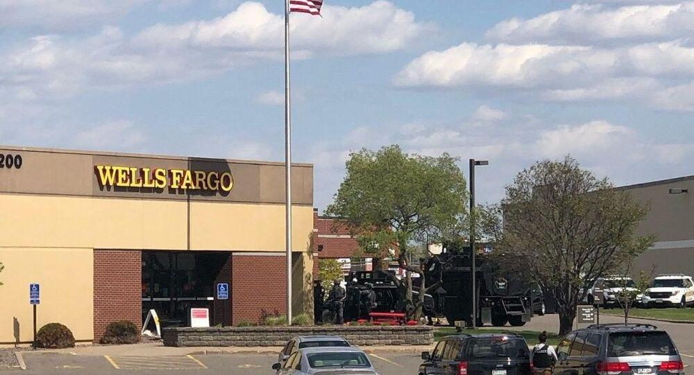 ABD'nin Minnesota eyaletinde bulunan Wells Fargo bankasında soygun alarmı verildi. Soyguncuların çok sayıda kişiyi rehin aldığı bildirildi.