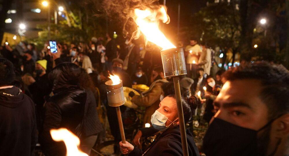Vergi reformuna karşı başlayıp yoksulluk, sağlık ve eğitim sistemlerindeki eşitsizlik ve polis şiddetine karşı devam eden protestolar (Kolombiya, Bogota, 6 Mayıs 2021)