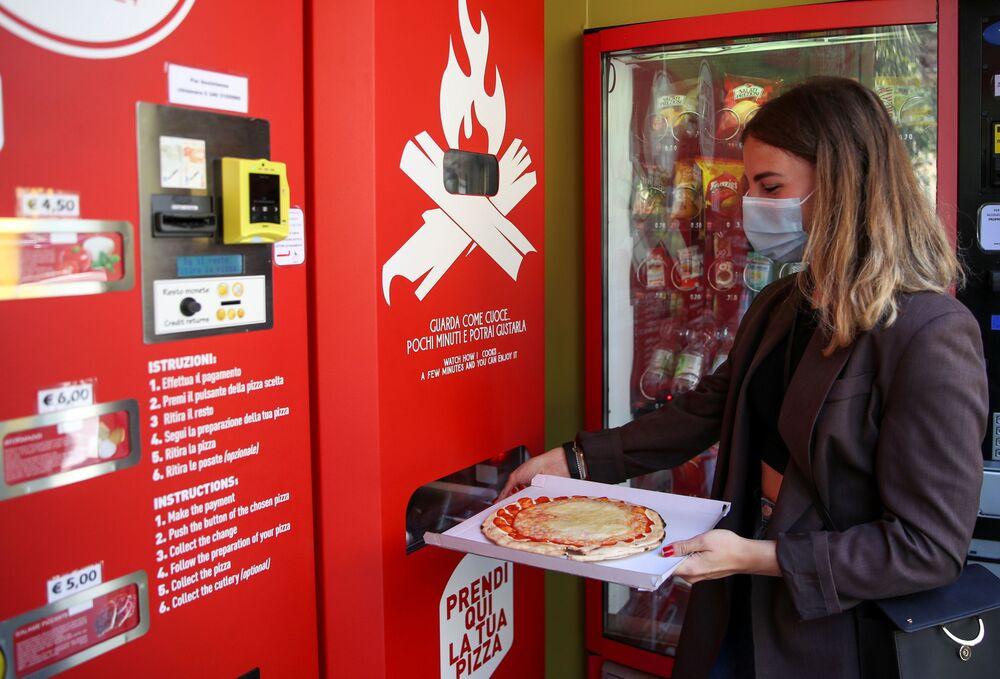 Kırmızı renkteki 'Mr. Go Pizza' otomatını kullananlar, fiyatları 4.50 ila 6 euro arasında değişen 4 farklı pizza çeşidi arasından seçim yapabiliyor.