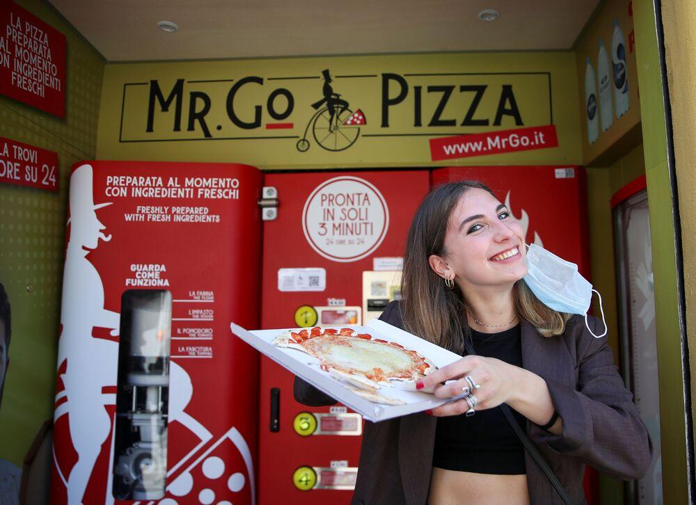 Pişirme aşamasında müşteriler, pizzaların hazırlanma sürecini bir cam pencereden izleyebiliyor.