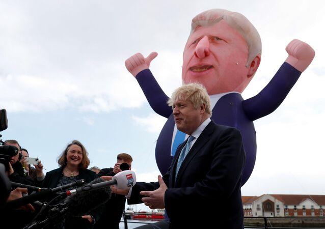 Britanya'nın İngiltere bölgesinde İşçi Partisi'nin kalesi Hartlepool'da ilk kez Muhafazakar Parti milletvekili çıkarmanın şerefine şişme bebeği önünde gazetecilere konuşan Başbakan Boris Johnson