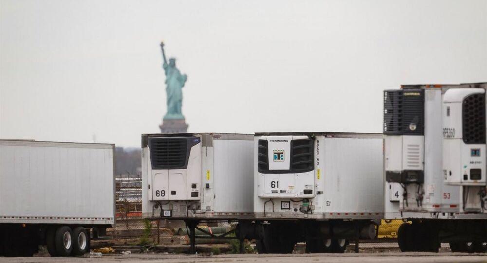 New York'un Brooklyn şehrinde geçen sene yeni tip koronavirüsten (Kovid-19) ölenler için konulan soğutucu kamyonlarda halen 750 civarında cesedin bulunduğu belirtildi.