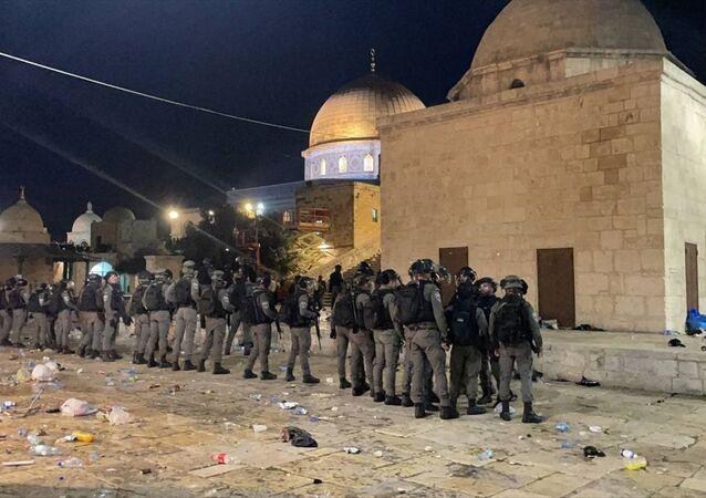 Mescid-i Aksa'ya giren İsrail polisi, namaz kılan cemaate ses bombalarıyla saldırdı