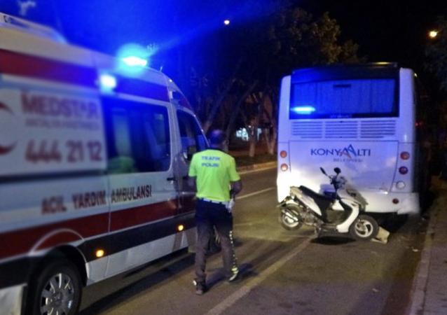 Antalya'da yemek siparişini götürürken park halinde belediye otobüsüne çarpan motosikletli kurye yaralandı.