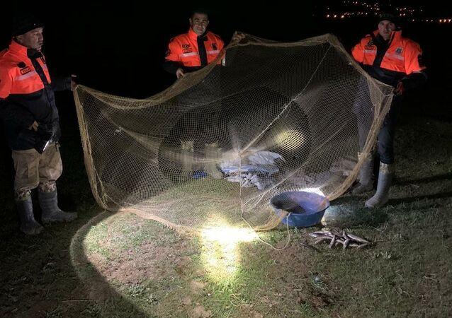 Van Gölü'nün sodalı soyunda yaşayan tek balık türü olan inci kefalinin üreme döneminde tatlı sulara göçü sırasında şu ana kadar kaçak avcılar tarafından avlanan 2 bin 500 balık ele geçirildi.