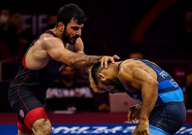 Bulgaristan'da düzenlenen Tokyo Olimpiyatları Dünya Elemeleri'nde Türk güreşçi Fatih Cengiz, grekoromen stil 77 kiloda yarı finale yükseldi.
