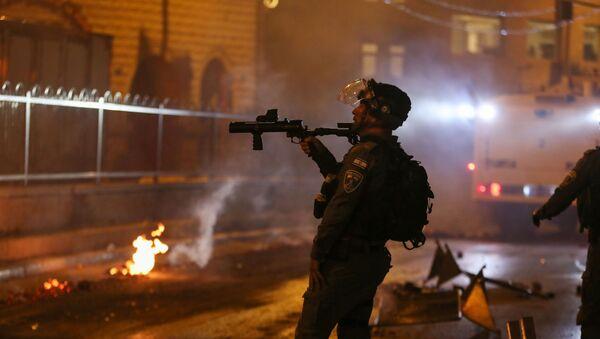 İsrail polisi işgal altındaki Doğu Kudüs'ün Eski Şehir bölgesinde yer alan Şam Kapısı'nda toplanan Filistinlileri dağıtmak için ses bombası kullandı. - Sputnik Türkiye
