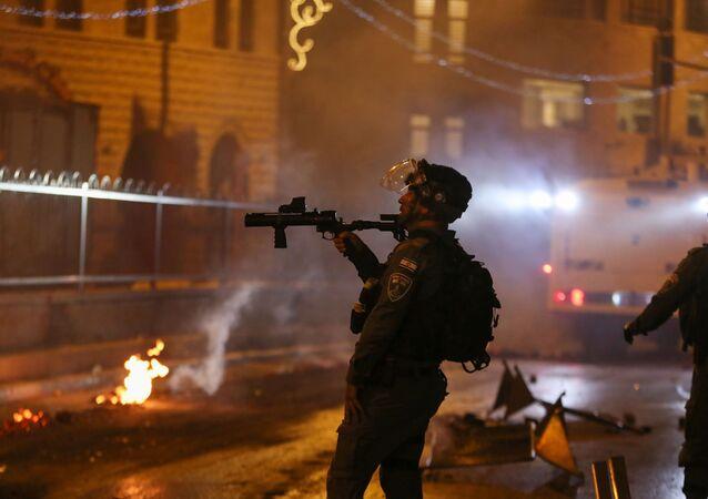 İsrail polisi işgal altındaki Doğu Kudüs'ün Eski Şehir bölgesinde yer alan Şam Kapısı'nda toplanan Filistinlileri dağıtmak için ses bombası kullandı.