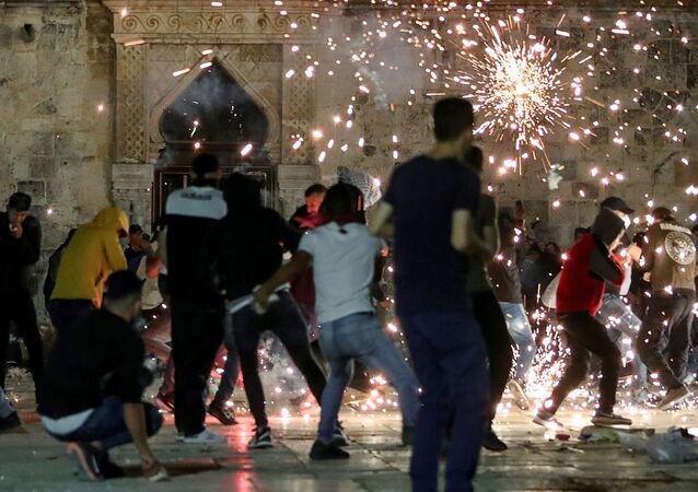 İsrail polisi Doğu Kudüs'ün Eski Şehir bölgesinde yer alan Şam Kapısı'nda toplanan Filistinlilere ses bombalarıyla müdahale etti.