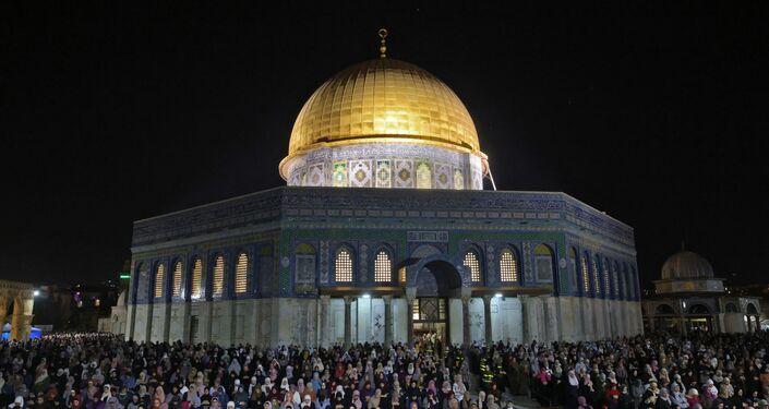 İşgal altındaki Kudüs'te yer alan Mescid-i Aksa'da dün akşam teravih namazı sırasında İsrail polisinin cemaate saldırısı sonucu çıkan olayların ardından binlerce Filistinli, Kadir Gecesi'nde teravih namazı için mescide akın etti.