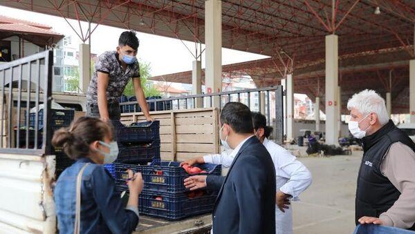 Burdur'da Uzay Çatı altında kurulan Salı Pazarı'nı denetleyen Vali Arslantaş, Pazar esnafının elinde kalan sebze ve meyvelerin satın alınarak ihtiyaç sahibi vatandaşlara dağıtılması için talimat verdi. - Sputnik Türkiye
