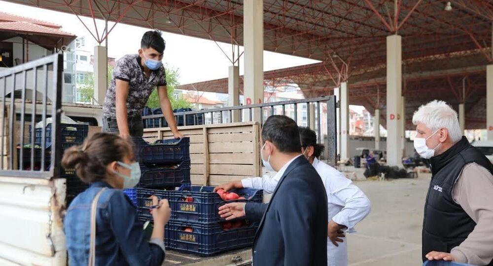 Burdur'da Uzay Çatı altında kurulan Salı Pazarı'nı denetleyen Vali Arslantaş, Pazar esnafının elinde kalan sebze ve meyvelerin satın alınarak ihtiyaç sahibi vatandaşlara dağıtılması için talimat verdi.