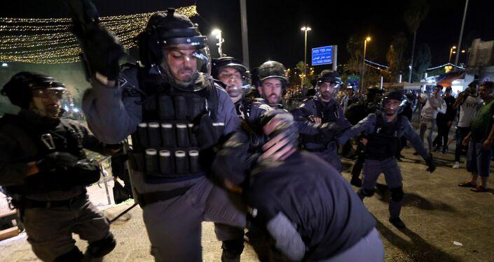 Filistin Kızılayı, Kudüs ve çevresinde İsrail polisi ile Filistinliler arasında yaşanan arbedede yaralananların sayısının 90'a yükseldiğini, yaralananlar arasında bir yaşında bebek ve çocukların da olduğunu açıkladı.